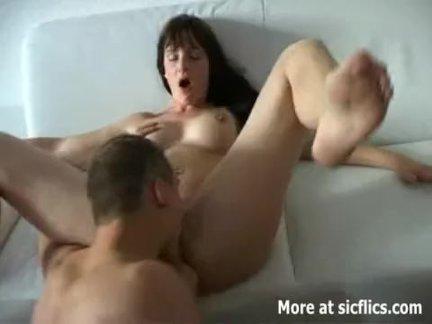 Русский парень трахает свою грудастую любимую в попку - домашнее порно