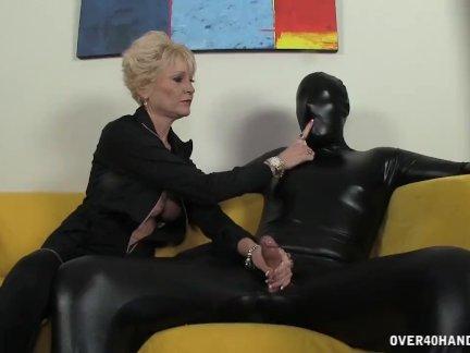 Доминирующая бабушка доминирует над ее рабом