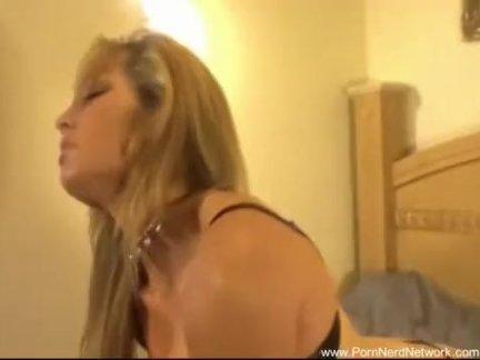 Сочная девка дрочит хуй лысому тренеру