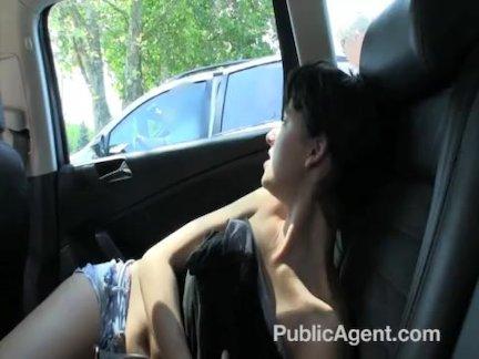 Знакомый насадил подружку в мини-юбке пока парень смотрел сидя рядом