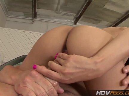 Секс в анус с экзотической проституткой в красных чулках