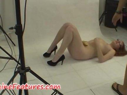 Возбуждённая домохозяйка возле вебкамеры разделась и показала дырки