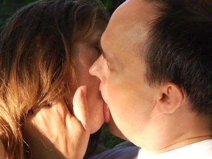 Возбуждающая домашняя мастурбация киски вибратором до бурного оргазма