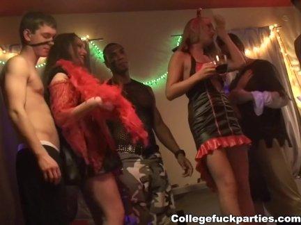 Зрелая дама с рыжими волосами в русском видео трахается с молодым квартирантом