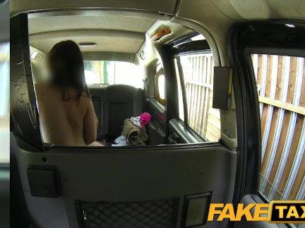 Женщина в очках занимается сексом в такси