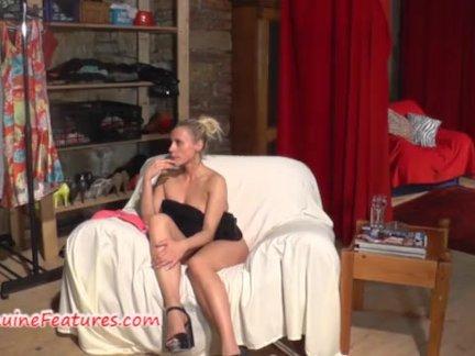 Разложившись на красном диване чика трахает себя дилдо
