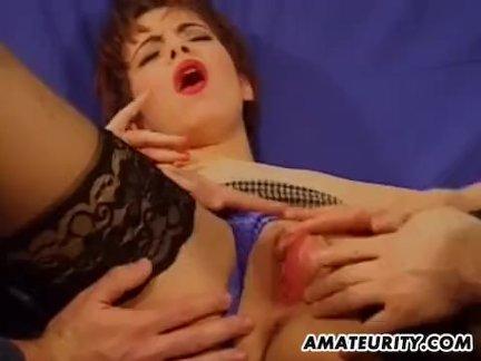 Молоденькая блудница раздвигает ноги перед курьером