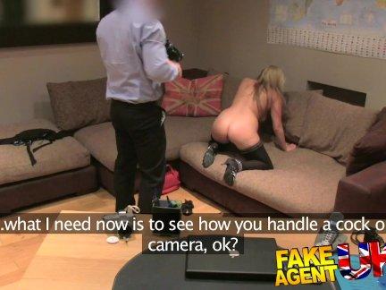 Молодая блондинка Эмма потрахалась в анус с пожилым мужиком в отеле