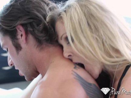 Шикарная блондинка садится на лицо парню, а потом дает ему кончить в позе 69