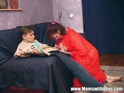 Стройная блондинка ебется с другом отца на кровати