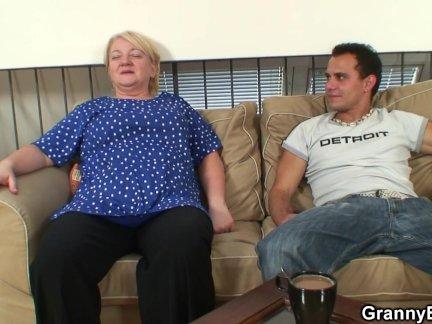 Стройная блондиночка прыгает пилоткой на кукане любовника