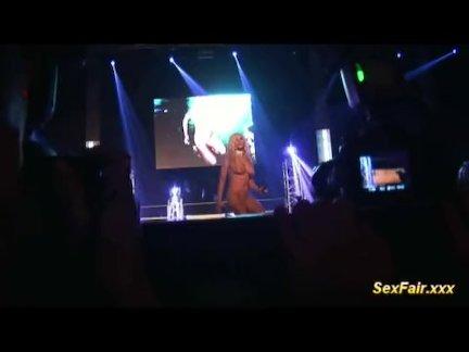 Блондинка - фаллоимитатор в прямом эфире шоу