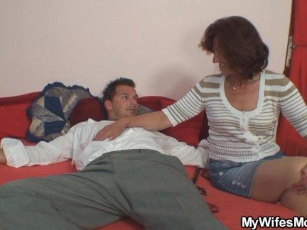 Любовники чисто анальное удовольствие получают на диване