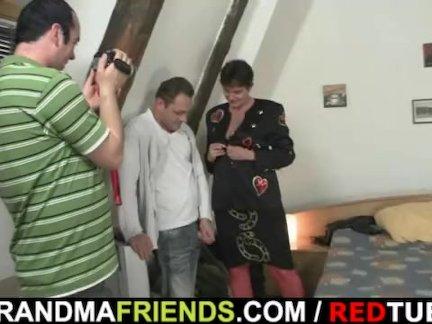 Кастинг со зрелой женщиной раздевшейся и отсосавшей член для окончания на лицо