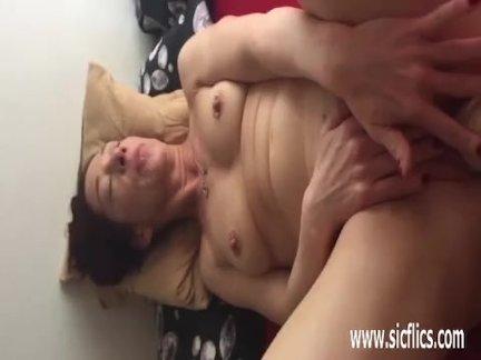 Любительская жена ноги трахал в ее огромный киска