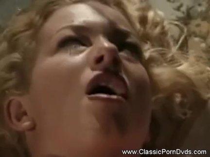 Пышная брюнетка показала торчащие от возбуждения соски и раздвинула ноги для секса