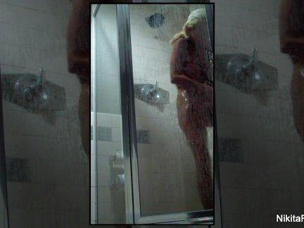 Никита фон Джеймс принимает душ