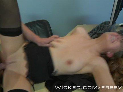 Азиатка и ее небритая вагина