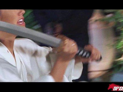 Сексуальная русская сучка обмазывается взбитыми сливками перед вебкой