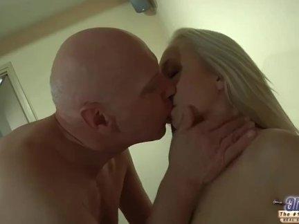Скрытая камера сука играла с киской принудила парня поиметь ее языком в в мокрую вагину