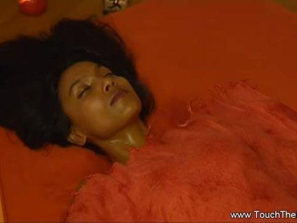 Красивая брюнетка трогает свою волосатую киску