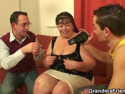Муж и жена вернулись с вечеринки и жена согласилась сделать минетик мужу