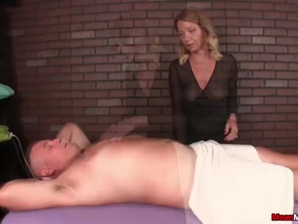 Татуированную крошку жарит опытный самец большим пенисом