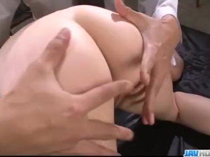 Парень тыкает в задницу здоровый член бабе