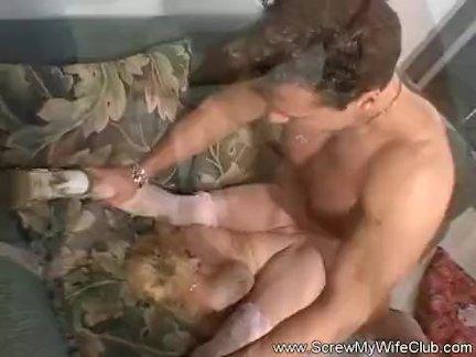 Сиськастая брюнетка скачет на хую
