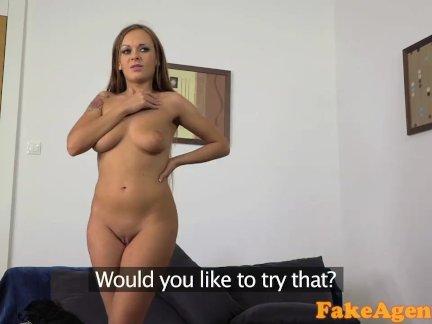 Секс блондинки и брюнетки в номере гостиницы