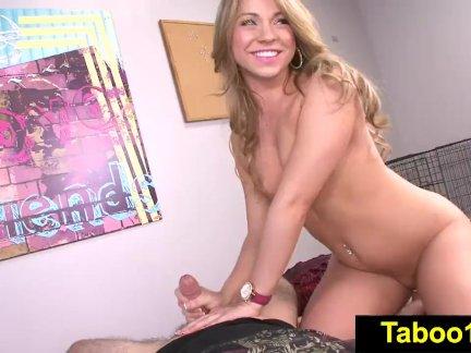 Зрелая блондинка в чулках снялась в порно