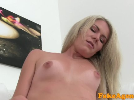 Зрелая блондинка с огромными сиськами отдалась молодому хахалю после минета