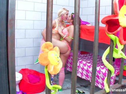 Жена в групповом любительском порно обслуживает мужа и его близкого приятеля