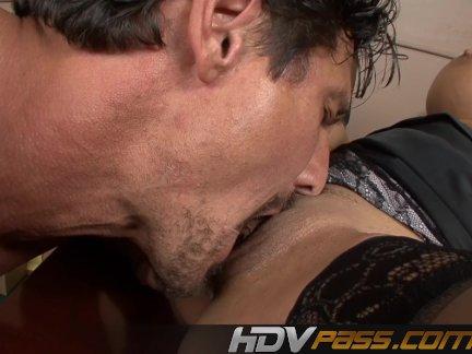 Цыпочка с шикарной грудью трогает свои соски