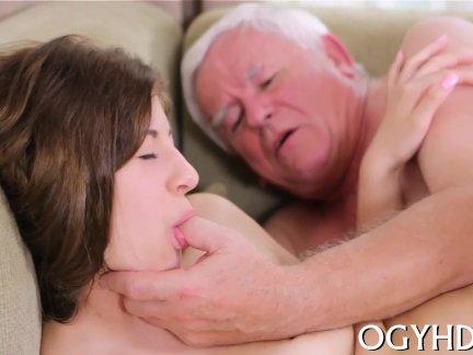 Молодая девушка дает принятие по старому стержню