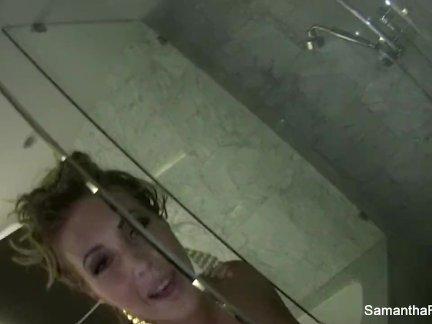 Сексуальная блондинка саманта святой принимает душ