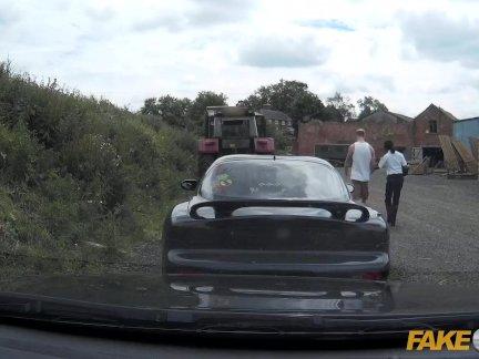 Поддельные полицейский мальчик гонщик - участвует в тройка