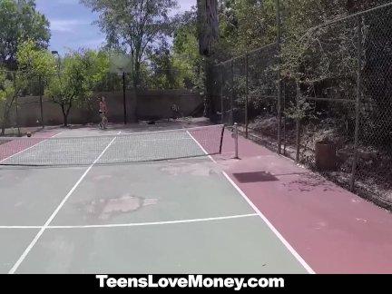 Теннис шлюха трахается за наличные