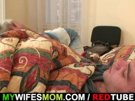 Возбужденный бабушка соблазняет его, но жена узнает!