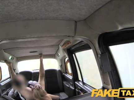 Поддельные такси грудастая телезвезда - липкий отсасывает