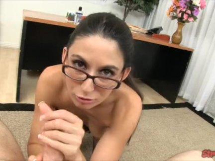 Секретарь дает ее босса руки