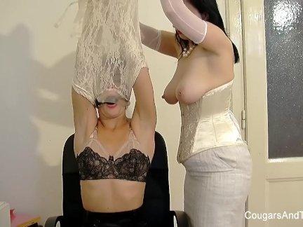 Мамочка показывает как для связать сверху брюнетка