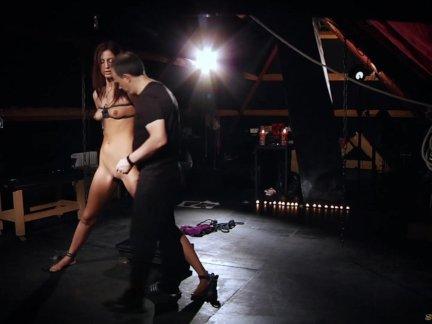 Высокий раб связали острый мастурбирует на полу