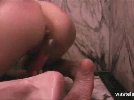 Лесбиянка хозяйка шлепки и дразнит ее раб