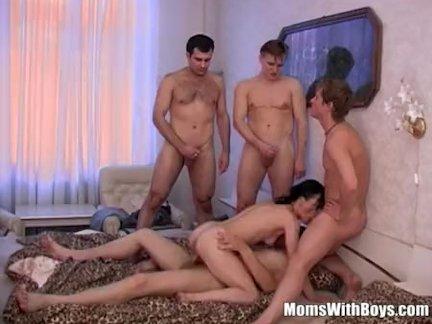 Брюнетка бабушка входит на четыре подросток жестоко члены