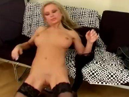 Сексуальный мамаша в дамское белье мастурбирует на диване