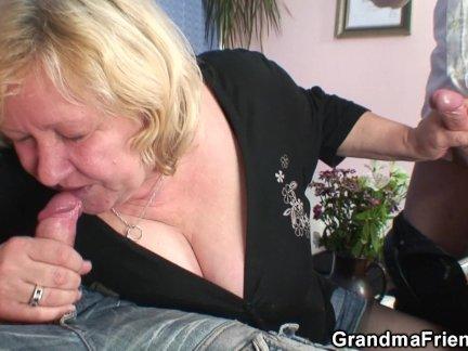 Огромный старый бабушка глотает два членов