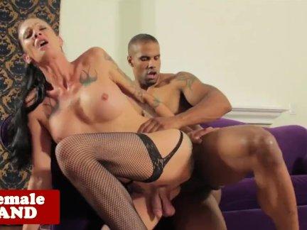 Трансексуалы морган бейли в походе на диване