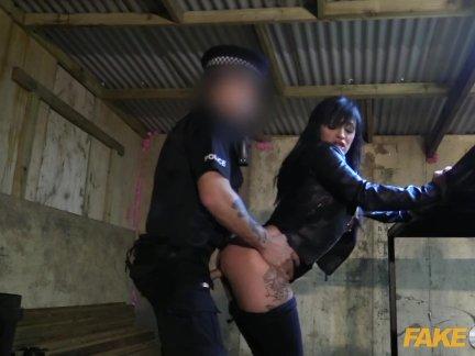 Поддельные полицейский масках грабитель трахал поддельные меди