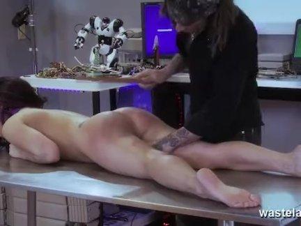 Брюнетка доведена до оргазма Мастер
